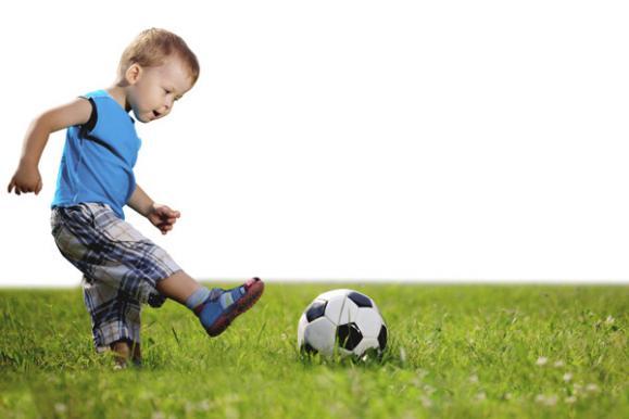 enfant jouant au ballon